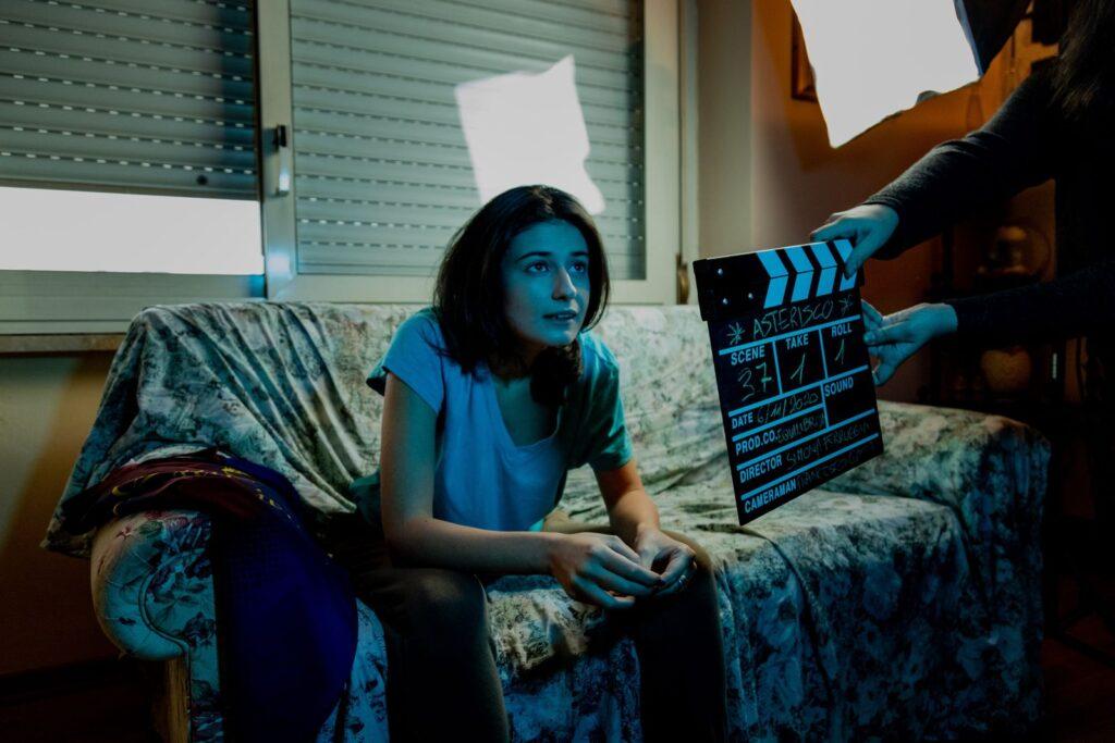 Attrice sul set di Asterisco - esempio di recitazione cinematografica